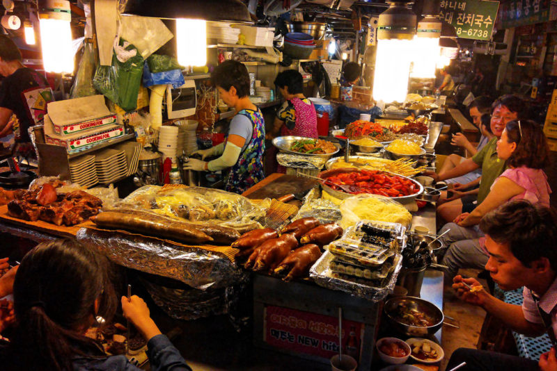 gwangjang_market_vendor_selling_street_food
