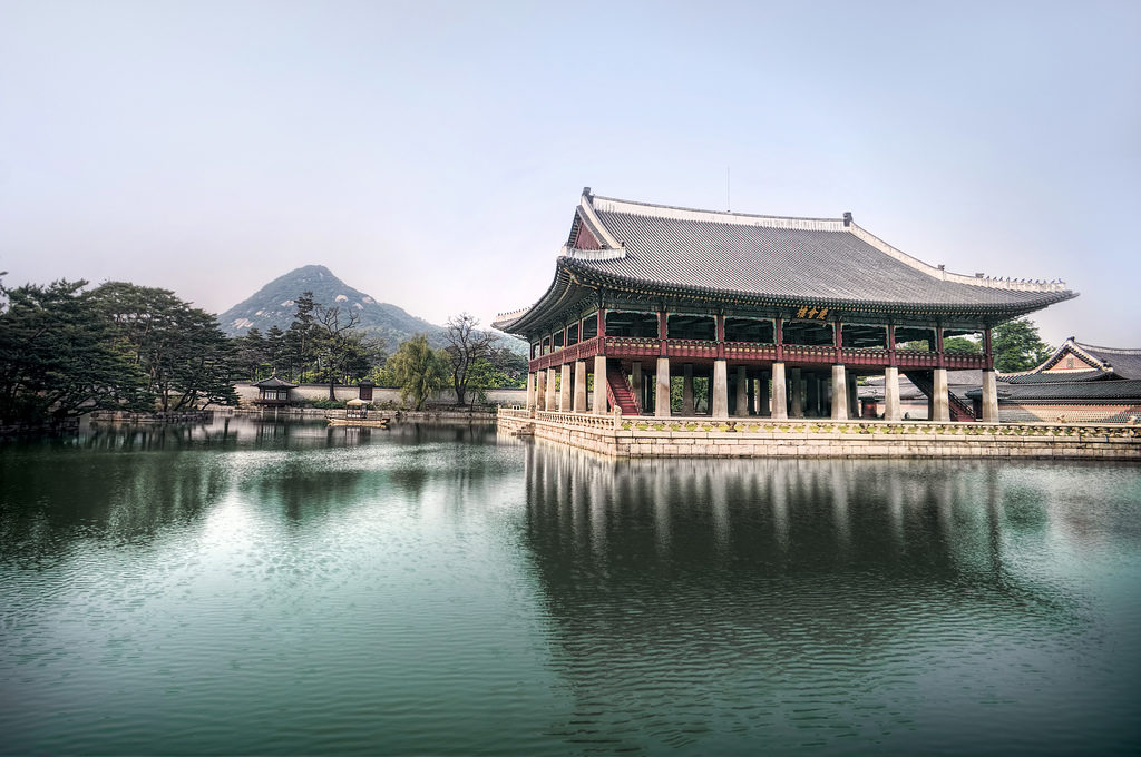 lake_inside_gyeongbokgung_palace